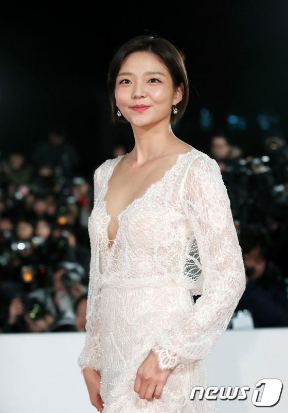Nữ diễn viên Esom mặc đầm ren trắng.