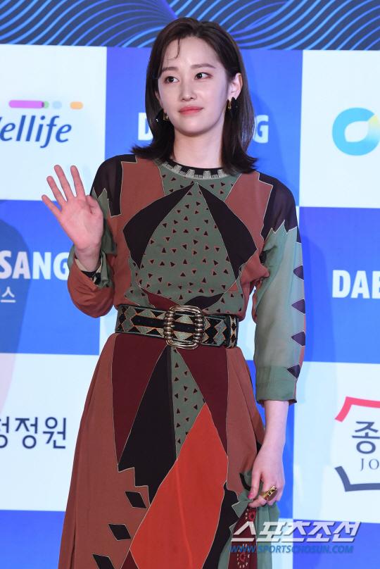 Jeon Jung Seo diện váy kín đáo.