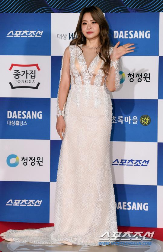 Diễn viên Seo Yoori diện đầm ren trắng.