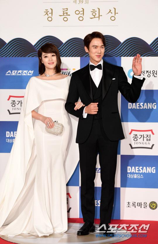 Kim Hye Soo - nữ diễn viên nổi tiếng củaphim Thành thật với tình yêuthướt tha trong đầm trắng, khoác tay đàn em Yoo Yeon Seok trên thảm đỏ lễ trao giải. Hai diễn viên đảm nhận vai trò MC của sự kiện.