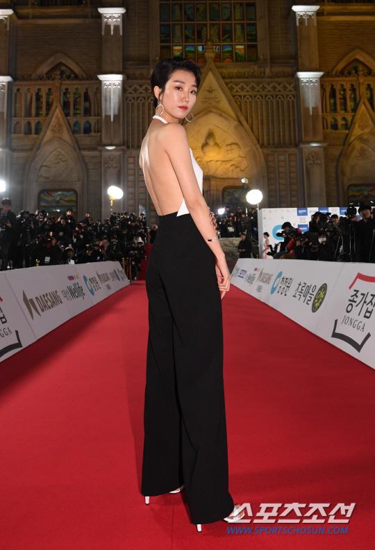 Sao nữ Lee Joo Young mặc áo yếm khoe trọn lưng trần trên thảm đỏ.