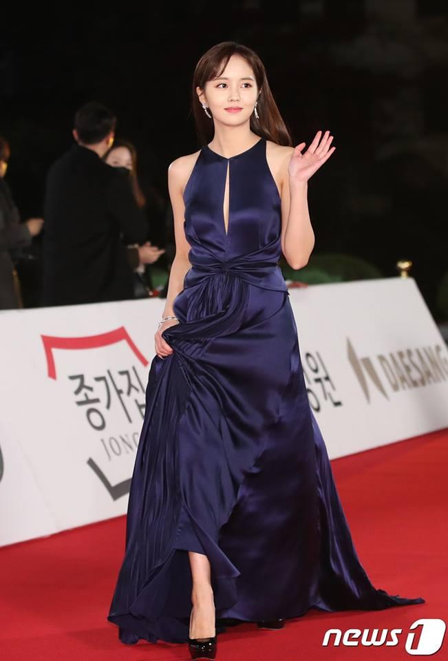 Nữ diễn viên 19 tuổi Kim So Hyun dịu dàng với đầm xanh thẫm cut-out ở ngực.