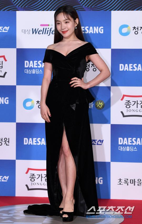 Người đẹp Choi Hee Seo khoe vẻ gợi cảm với đầm nhung hở ngực và xẻ cao.