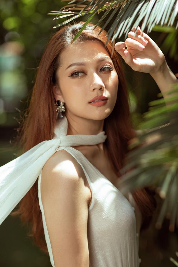 Hoa hậu quốc tế người Việt 2016 khoe nhan sắc mong manh trước ống kính.