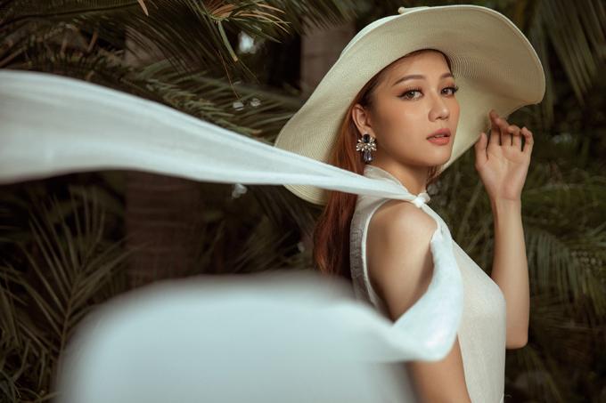 Cô gợi ý ba bộ trang phục của nhà thiết kế Dexnol Trần thích hợp mặc dạo biển và có thể kết hợp thêm mũ rộng vành.