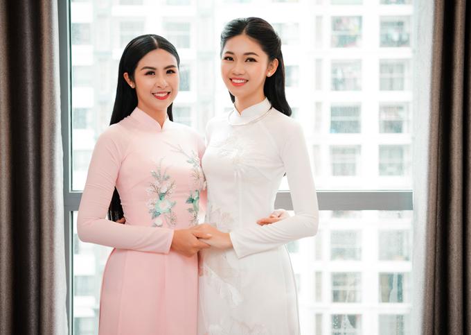 Hoa hậu Ngọc Hân nhiệt tình tới giúp Thanh Tútiếp kháchtrong lễ hỏi.