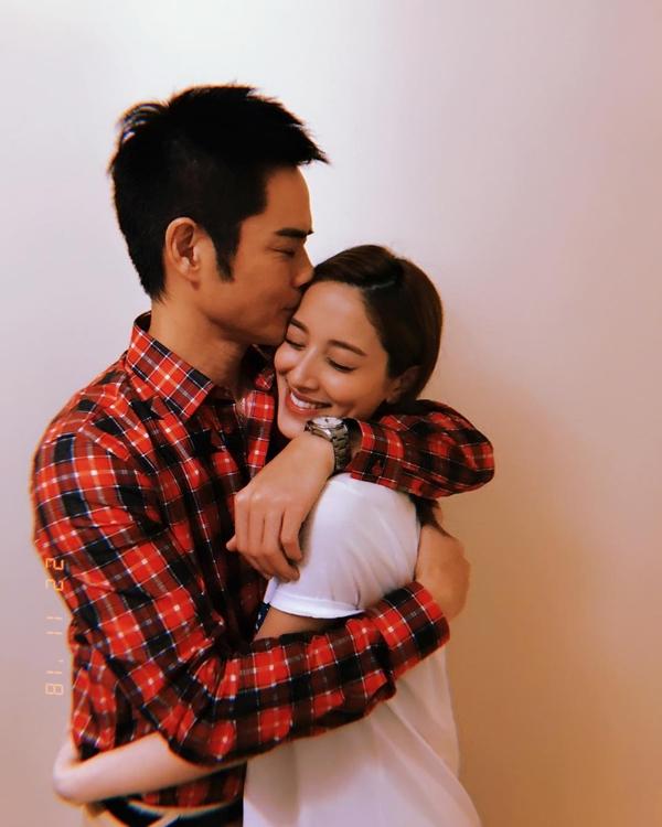 Trịnh Gia Dĩnh chia sẻ ảnh ôm hôn vợ và báo tin vui vợ mang bầu.
