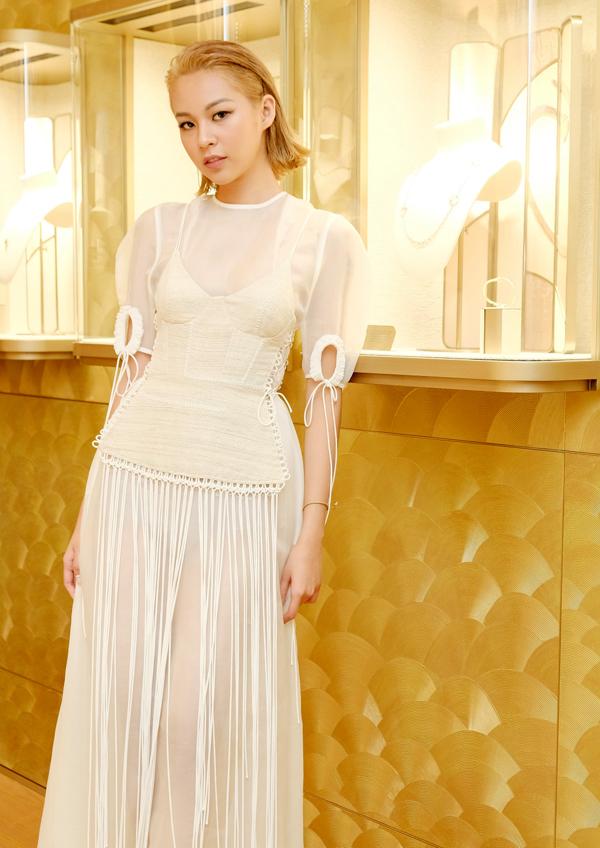 Phí Phương Anh diện váy tua rua của nhà thiết kế Nguyễn Hoàng Tú đi Singapore dự sự kiện do một thương hiệu nổi tiếng thế giới tổ chức.