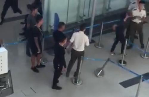 Nhóm thanh niên hành hung cả nhân viên an ninh trong sân bay Thọ Xuân. Ảnh cắt từ clip.