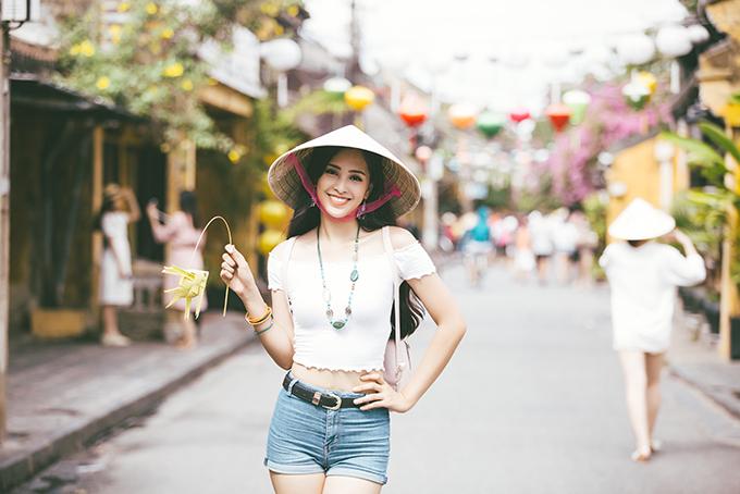 Tiểu Vy mặc trẻ trung, năng động, đội nón lá trong đoạn video.