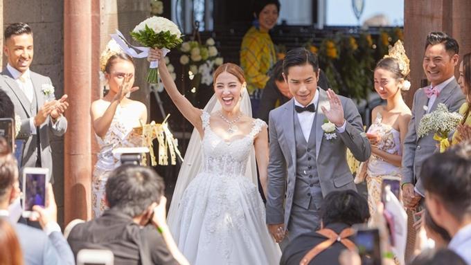 Trịnh Gia Dĩnh và Trần Khải Lâm tay trong tay hạnh phúc trong lễ cưới.