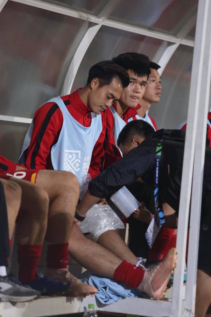 Văn Toàn khóc khi đồng đội giơ áo tặng bàn thắng