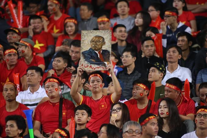 CĐV 'thắp lửa' Hàng Đẫy trước trận gặp Campuchia