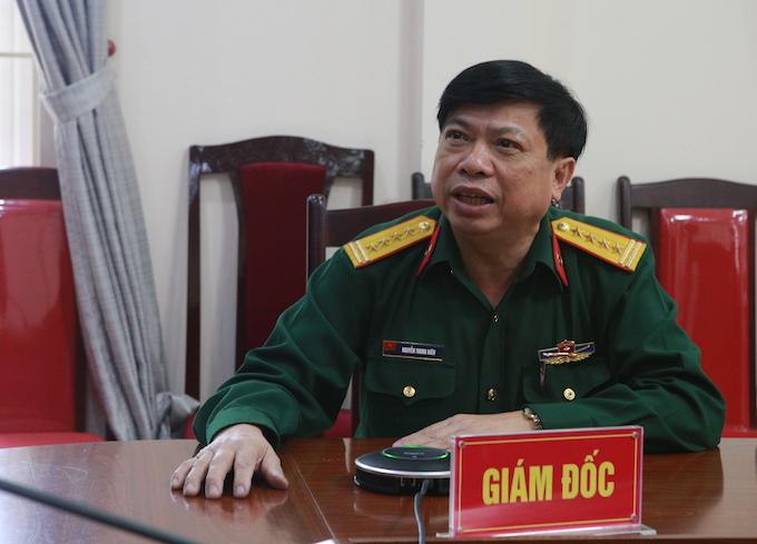 Đại tá Nguyễn Trung Kiên (Giám đốc Bệnh viện Quân khu 4) trực tiếp hướng dẫn ca phẫu thuật. Ảnh: Anh Thư.