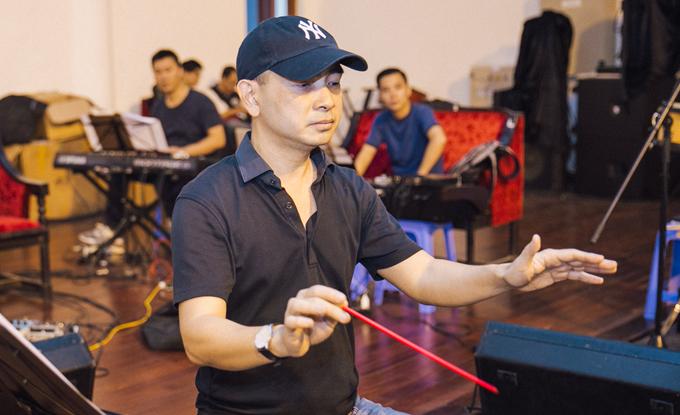 Nhạc sĩ Đức Trí chỉ huy dàn nhạc cho show của band Ngọt - 1
