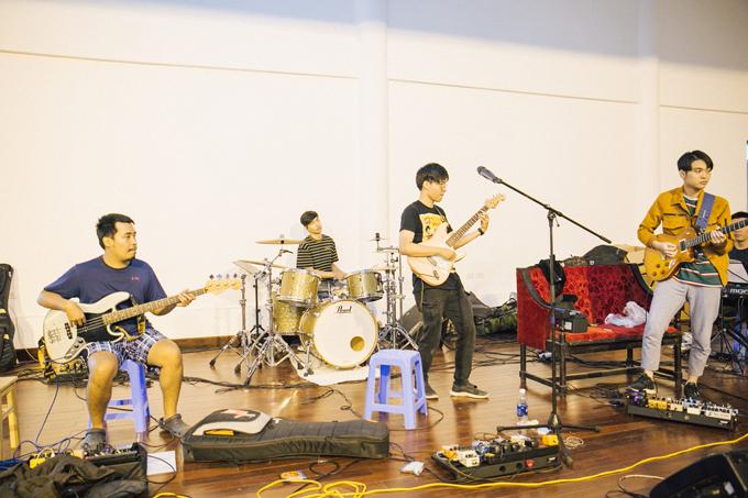 Nhạc sĩ Đức Trí chỉ huy dàn nhạc cho show của band Ngọt - 3