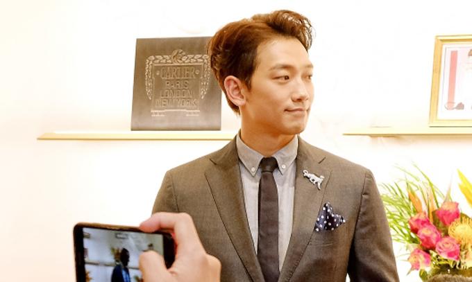 Ca sĩ Bi Rain của Hàn Quốc lịch lãm với trang phục vest.
