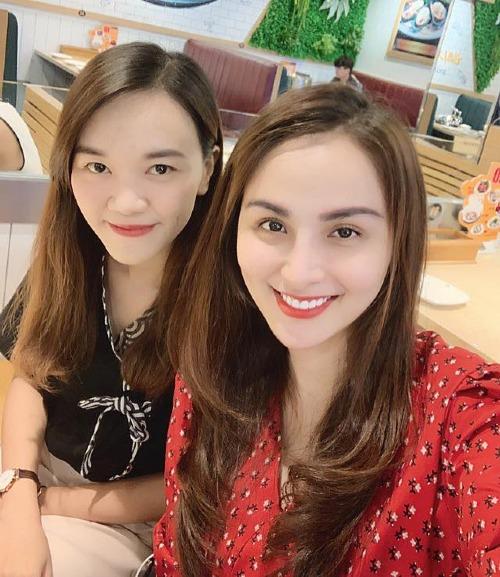 Hoa hậu Diễm Hương (váy đỏ) rạng rỡ trong bữa tiệc sinh nhật một người bạn. Nhan sắc ngày càng khác lạ của người đẹp khiến fan khó nhận ra.