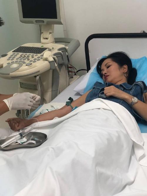 Ca sĩ Hồng Nhung nằm trên giường bệnh.