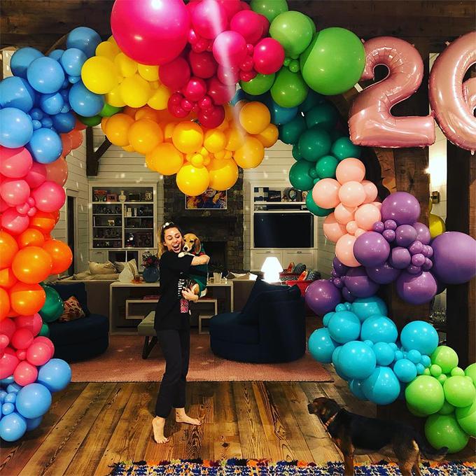 Cô cũng được Liam tổ chức một bữa tiệc riêng lãng mạn vào buổi tối. Nam diễn viên Hunger Games dành tặng vợ sắp cưới những lời chúc yêu thương trên Instagram: Chúc mừng sinh nhật cô gái ngọt ngào của tôi. Em quý giá hơn mọi thứ trên thế gian. Thật may mắn khi có em trong đời.