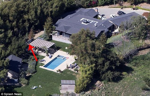 Biệt thự của Miley và Liam trước khi bị đám cháy tàn phá. Cặp đôi sẽ phải mất rất nhiều thời gian để xây dựng lại ngôi nhà. Dù bị mất tổ ấm, cả hai vẫn quyên góp 500.000 USD (11,6 tỷ đồng) cho những nạn nhân bị cháy nhà ở Malibu.