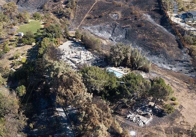 Chỉ vài ngày trước, Miley và Liam rất đau lòng khi tổ ấm của hai người ở Malibu bị hỏa hoạn thiêu rụi. Biệt thự 2 triệu USD cháy tan hoang chỉ còn trơ lại khung.