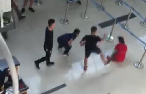 Sau khi đạp ngã nữ nhân viên hàng không, nhóm thanh niên manh động tiếp tục gây gỗ, hành hung nhân viên an ninh ở sân bay Thọ Xuân.
