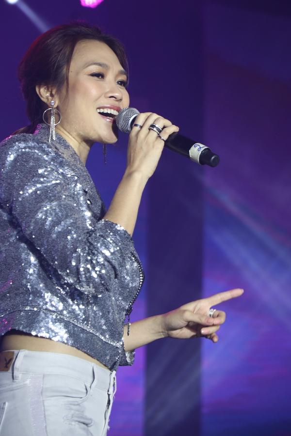Sức hút của Mỹ Tâm khiến khán giả hò reo liên tục và hát cùng cô đến hết chương trình.