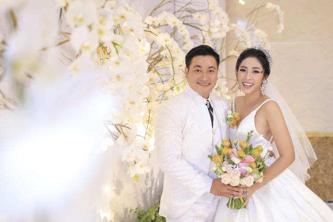 Cô dâu Thu Thảo chọn hoa cầm tay mang tông trắng - vàng chủ đạo.