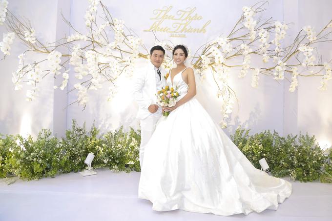 Hoa hậu và chồng thống nhất diện lễ phục cưới màu trắng, mang đến vẻ tinh khôi, lãng mạn.