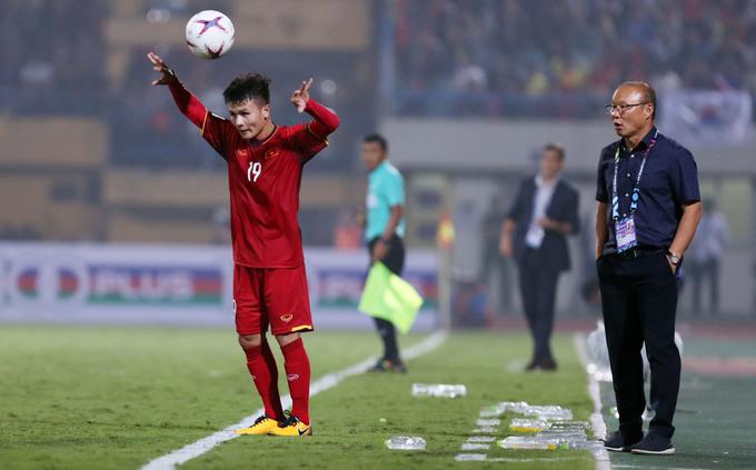 HLV Park Hang-seo ôm chặt học trò mừng vé bán kết