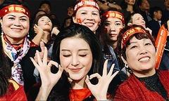 Huyền My ngồi cạnh mẹ Quang Hải, Đức Huy cổ vũ tuyển Việt Nam