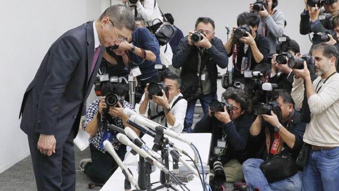 CEO Hitoro Saikawa của Nissan cúi đầu xin lỗi vì bê bối. Ảnh: AP.