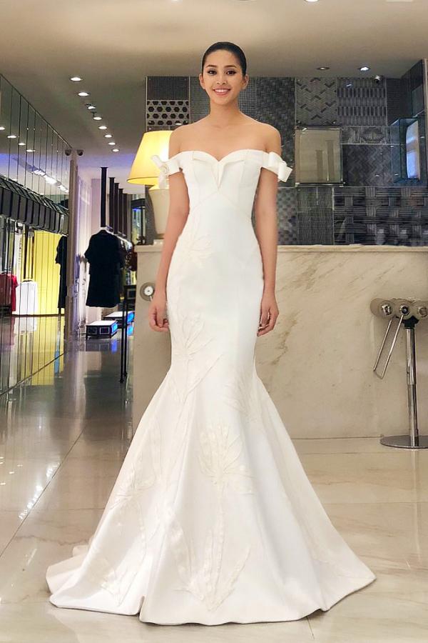 Mẫu váy đuôi cá trễ vai yêu kiều của Công Trí giúp Hoa hậu Tiểu Vy khai thác lợi thế vóc dáng trong phần thi Designer Award thuộc Miss World 2018.