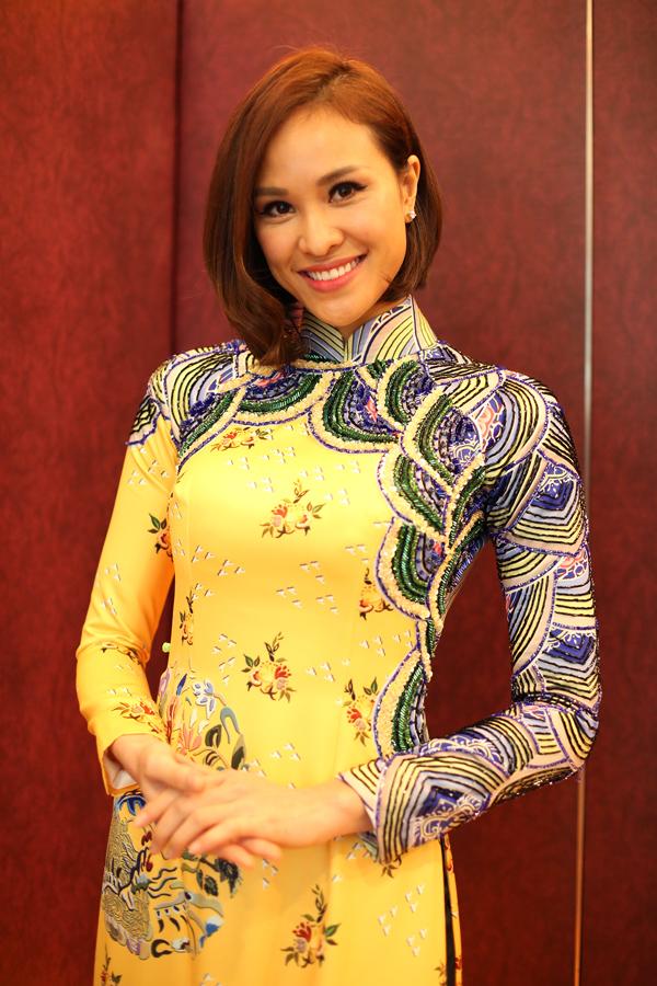 Khác với hình ảnh sexy thường thấy, MC Phương Mai đẹp nền nã khi diện áo dài do NTK Thủy Nguyễn sáng tạo.