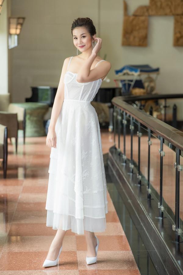 Chân dài Thanh Hằng cũng gây bất ngờ khi chọn trang phục dịu dàng thay vì phong cách cá tính quen thuộc.