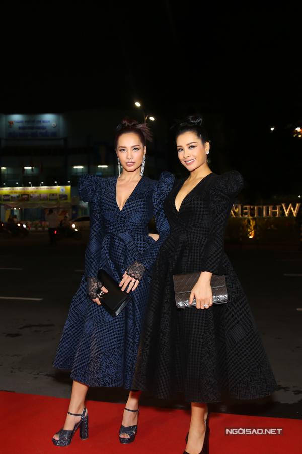 Chị em Thuý Hằng Thuý Hạnh cùng diện mẫuváy xoè trên hai kiểu màu hoạ tiết khác nhau.