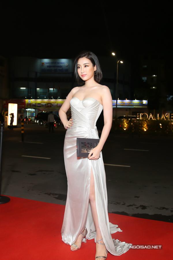 Hoa hậu Đỗ Mỹ Linh diện đầm cúp ngực cùng chi tiết xẻ chân váy cao để tôn nét sexy.