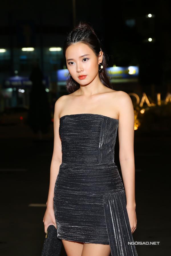 Midu cũng khoe vai trần với thiết kế váy quây hợp vóc dáng nhỏ nhắn của cô.