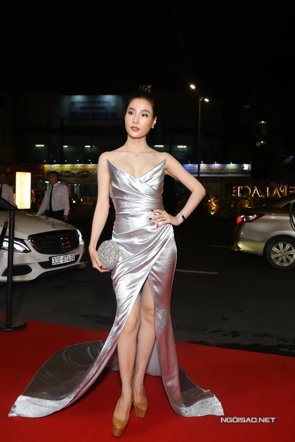 Diễm My 9x toả sáng với váy dạ hội ánh kim - chất liệu dự báo sẽ tạo nên cơn sốt cho mùa lễ hội sắp tới.