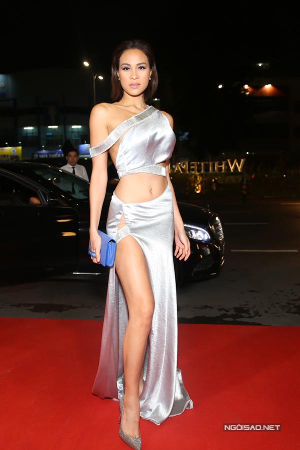 MC Phương Mai khoe thân hình nóng bỏng với thiết kế váy cut-out.