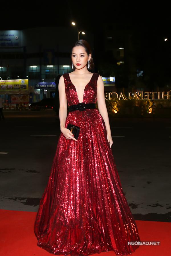 Chi Pu mang tới không khí giáng sinh tưng bừng nhờ khoác lên mình mẫu váy ánh kim tông đỏ rực rỡ.