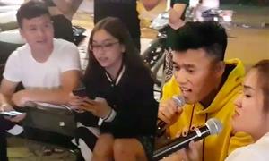 Bùi Tiến Dũng hát 'Cơn mưa tình yêu', Quang Hải và bạn gái làm khán giả