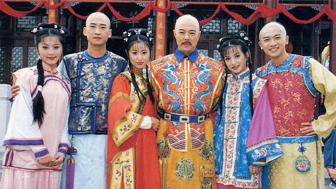 Dàn diễn viên chính của Hoàn Châu cách cách (trái sang): Phạm Băng Băng, Châu Kiệt, Lâm Tâm Như, Trương Thiết Lâm, Triệu Vy, Tô Hữu Bằng.