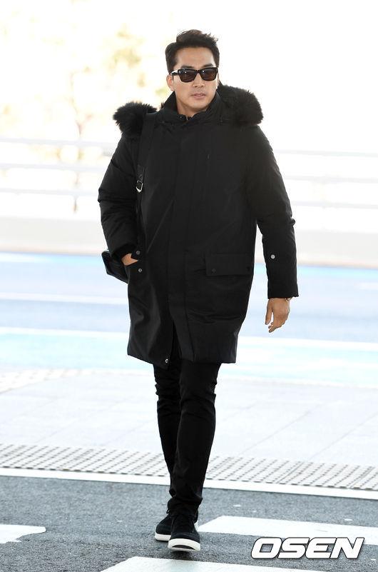 Song Seung Hun tại sân bay Incheon sáng nay.