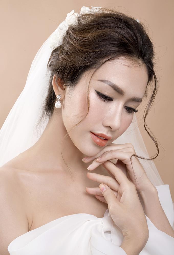 Hoa hậu Phan Thu Quyên hóa nàng dâu sành điệu với tone cam trầm