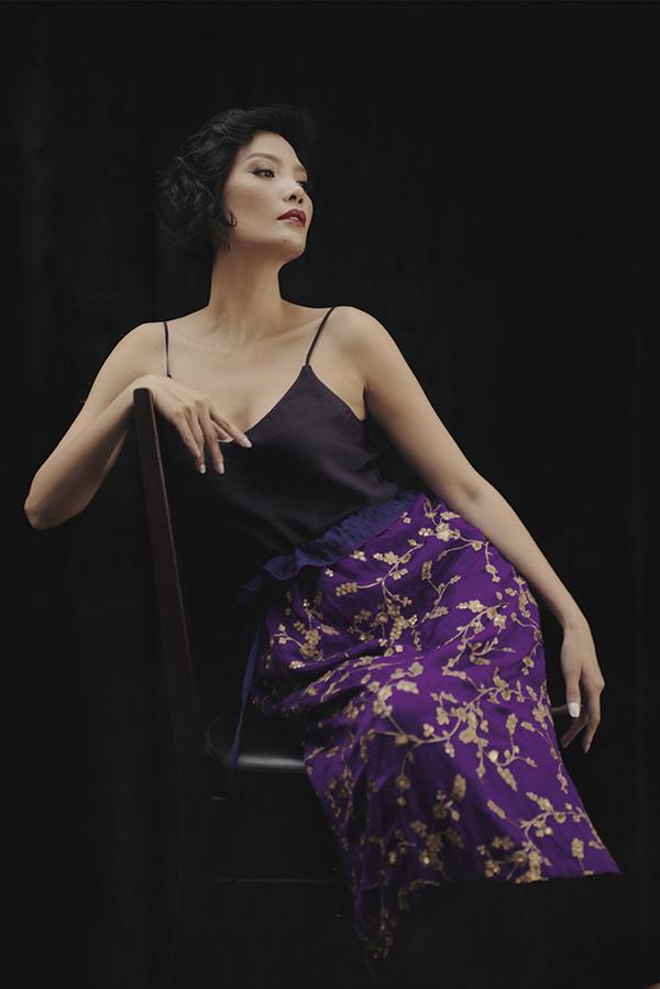 Trong bộ ảnh mới nhất, Vũ Cẩm Nhung diện những trang phục nằm trong bộ sưu tậpvừa ra mắt củaLi Lam. Dù đã hơn 10 năm giải nghệnhưng cựu siêu mẫu vẫn tạo nên sự cuốn hút nhờ vẻ đẹp, thần thái, phong cách chuyên nghiệp.