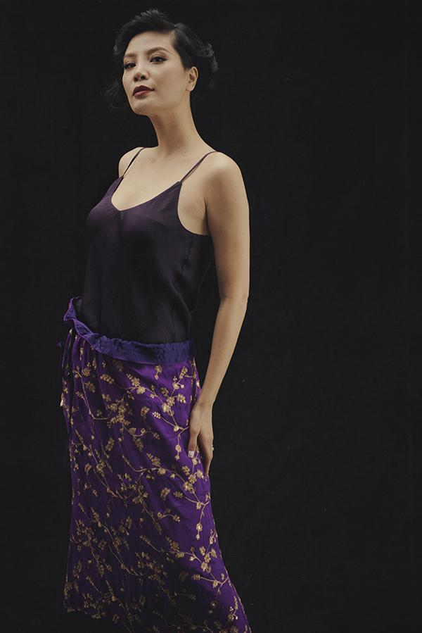 Vũ Cẩm Nhung cho biết,cô tìm được sự tự do, phóng khoáng và sự nổi loạn tìm ẩn trong con người mình trong các thiết kế của Li Lam.