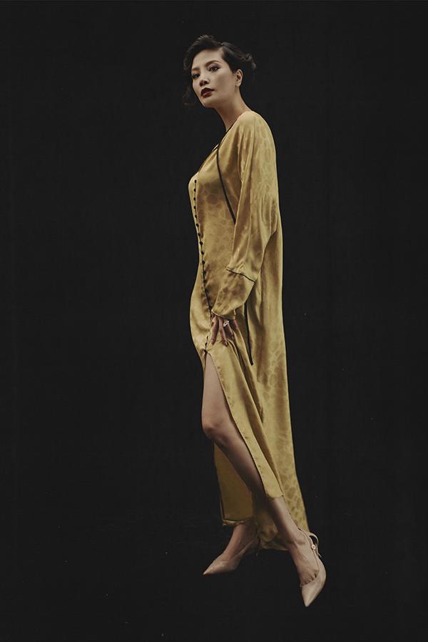 Các mẫu váy mềm mại, giải phóng hình thể cho người mặc được lấy cảm hứng từ các nhân vật nữ trong những thước phim kinh điển như Tiếng chim hót trong bụi mận gai, Nữ thần Hy Lạp...
