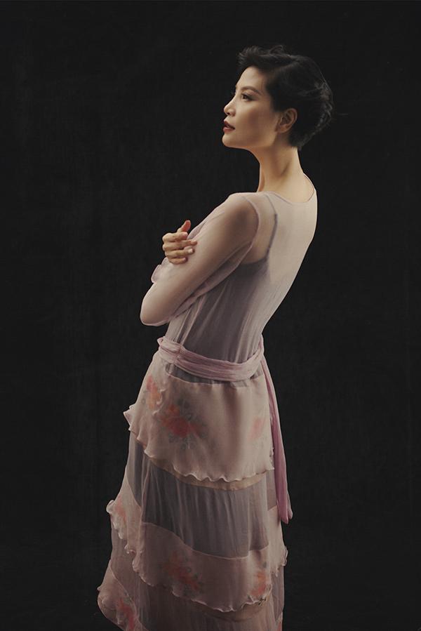 Chất liệu mỏng manh được phối hợp nhịp nhàng để tạo nên các kiểu trang phục khiến phái đẹp trở nên gợi cảm hơn.